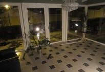 Installation av PVC-fönster och panoramapartier i ett nyrenoverat rum. Mycket ljus och rymd tack vare de stora glasytorna!