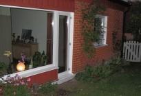 Håltagning neråt för ökad glasyta och därmed större ljusinsläpp. Underhållsfria PVC-fönster med 3-glas för att dessutom spara energi och göra en god insats för miljön!