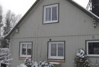 Fönsterbyte på villa i Uppsala. Mycket nöjd kund som valde fönster med mittpost, runt fönster samt ett stort skjutparti för mer rymd ut till trädgården.