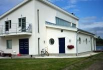 Leverans och montage av PVC-fönster med grå utsida. En stor villa på Ekerö i Stockholm.