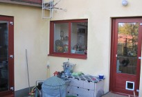Fönsterbyte i en putsad villa i Hägersten, Stockholm. Engelskt röd färg på PVC-fönstren matchar den putsade fastighetens karaktär på bästa sätt! Även montage av kattlucka i balkongdörr.