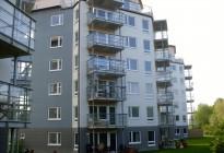 Kungsängen: Bullerdämpande PVC-fönster till fyra moderna punkthus i Kungsängen, uppförda av BTH Bygg, färdigställande år 2008.